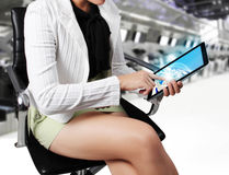 vrouwen voorgrond met tablet in haar handen Stock Foto's