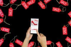 Vrouwen vrouwelijke volwassen handen met smartphone die manier nieuwe rode hoge hielen met verkoop of kortings en het kopen het i stock foto's