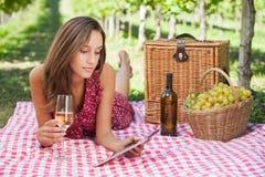 Vrouwen in wijngaard Stock Fotografie