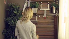 Vrouwen in winkel, jong Spaans meisje die voor meubilair winkelen stock footage