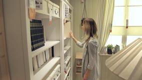 Vrouwen in winkel, jong Spaans meisje die voor meubilair winkelen stock videobeelden