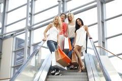 Vrouwen in winkelcomplex Royalty-vrije Stock Fotografie