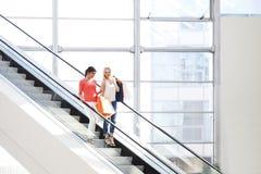 Vrouwen in winkelcomplex Royalty-vrije Stock Afbeelding