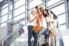 Vrouwen in winkelcomplex Stock Afbeelding