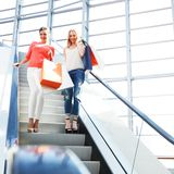 Vrouwen in winkelcomplex Stock Foto