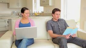Vrouwen winkelende online vragende echtgenoot voor creditcard stock video
