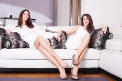 Vrouwen in woonkamer Stock Foto's