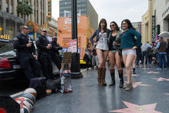 Vrouwen zonder broek en politie in Hollywood in Stock Afbeelding