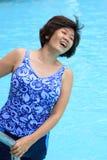 Vrouwen in zwembad Stock Foto's
