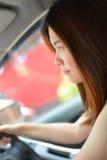 vrouwenaandrijving een auto Stock Fotografie