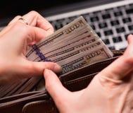 Vrouwenaccountant met geld stock afbeeldingen