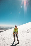 Vrouwenalpinist die in hooggebergtegletsjer beklimmen Stock Foto