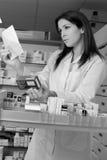 Vrouwenapotheker met voorschrift en geneeskunde Royalty-vrije Stock Foto
