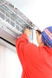 Vrouwenarbeider het aanpassen airconditionersysteem Stock Fotografie