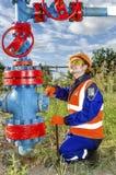 Vrouwenarbeider in het olieveld Royalty-vrije Stock Foto