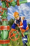 Vrouwenarbeider in het olieveld Royalty-vrije Stock Foto's