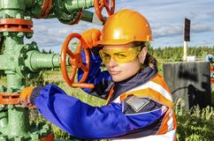 Vrouwenarbeider in het olieveld Stock Foto's