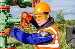 Vrouwenarbeider in het olieveld Stock Afbeeldingen