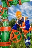 Vrouwenarbeider in het olieveld Stock Foto