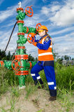 Vrouwenarbeider in het olieveld Royalty-vrije Stock Afbeeldingen