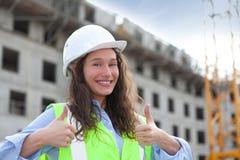 Vrouwenarbeider op een bouwwerf Stock Foto's