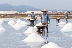 Vrouwenarbeiders bij de zoute gebieden van Hon Khoi in Nha Trang, Vietnam Royalty-vrije Stock Afbeelding