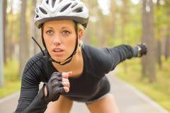 Vrouwenatleet in helm stock afbeeldingen