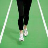 Vrouwenatleet Runner Feet Running op Groene Renbaan Geschiktheid en van Trainingwellness Concept Stock Foto