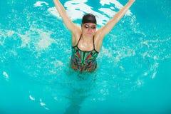 Vrouwenatleet in zwembadwater Sport Stock Afbeeldingen