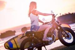 Vrouwenavontuur op motorfiets stock afbeelding