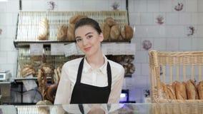 Vrouwenbakker die nieuwe koper glimlachen stock video