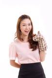 vrouwenbakker die vuisthandschoenhandschoen dragen, die duim op handteken geven Stock Foto