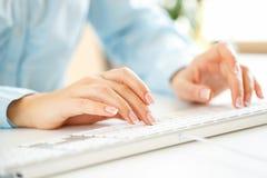 Vrouwenbeambte het typen op het toetsenbord Stock Foto's