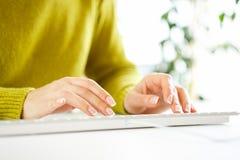 Vrouwenbeambte het typen op het toetsenbord Royalty-vrije Stock Afbeeldingen