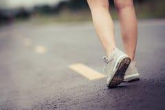 Vrouwenbeen met reisschoen die op de straat lopen Royalty-vrije Stock Fotografie