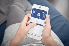 Vrouwenbegin aan gebruik Facebook Stock Afbeeldingen