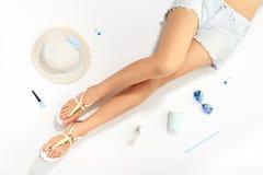 Vrouwenbenen en de modieuze toebehoren van de de zomermanier Stock Afbeeldingen