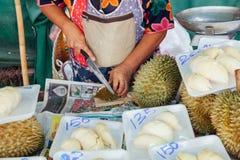 Vrouwenbesnoeiingen durian bij de markt Royalty-vrije Stock Fotografie