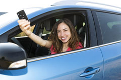 Vrouwenbestuurder met autosleutel Royalty-vrije Stock Foto's