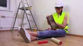 Vrouwenbouwer die hulpmiddelen controleren stock videobeelden
