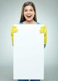 Vrouwenbouwer die witte banner met exemplaarruimte houden Royalty-vrije Stock Afbeeldingen
