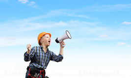 Vrouwenbouwer met megafoon Royalty-vrije Stock Foto's