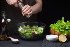 Vrouwenchef-kok in de keuken die plantaardige salade voorbereidt Het gezonde Eten Het concept van het dieet Een gezonde manier va Royalty-vrije Stock Foto's
