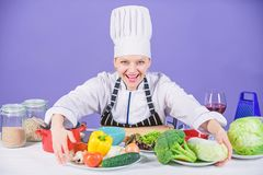 Vrouwenchef-kok die gezond voedsel koken Gastronomische hoofdgerechtrecepten Heerlijk receptenconcept Meisje in hoed en schort co stock afbeelding