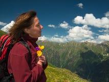 Vrouwenclose-up die een boeket van bloemen houden Royalty-vrije Stock Foto
