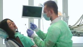 Vrouwencontroles omhoog bij de tandarts stock fotografie