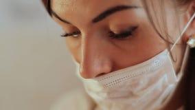 Vrouwencosmetologist die in het masker werken Het kosmetische procedures Mechanische schoonmaken van het gezicht cosmetology stock footage