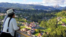 Vrouwencuencana die stad Cuenca, Ecuador bekijken Park van Licht of Megaparque DE La Luz stock fotografie