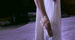 Vrouwendanser die zich omhoog op witte luchtzijde, luchtcontorsie bewegen Sluit omhoog stock footage