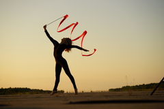 Vrouwendanser het stellen met lint Royalty-vrije Stock Foto